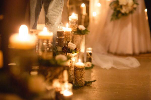 Decoración de pasillo al altar en una boda Glam al aire libre con lentejuelas y pieles sinteticas
