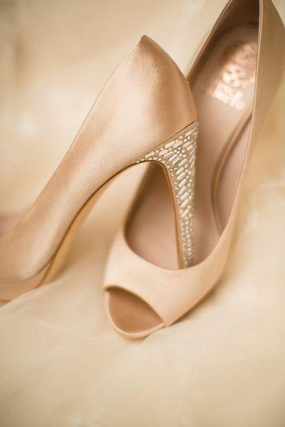 Preciosos detalles en estilo glam en estos tacones color blush
