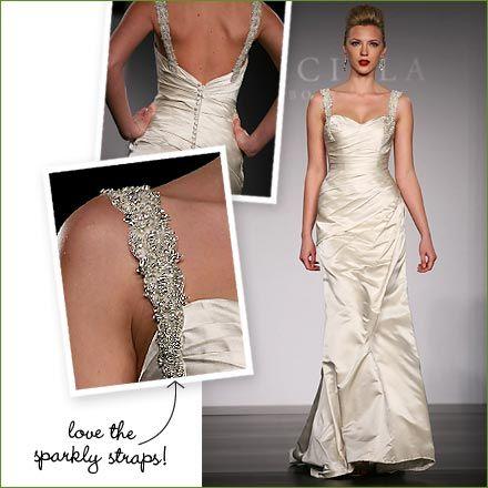 Rock-and-Roll se encuentra con lo ultra glamoroso con este vestido de Priscilla of Boston. Tirantes de pedrería que completan el vestido glam drapeado.