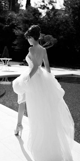 Como planear una boda estilo glam comenzando por el vestido. Escote pronunciado y larga cola de novia en este vestido de novia estilo glam 100%