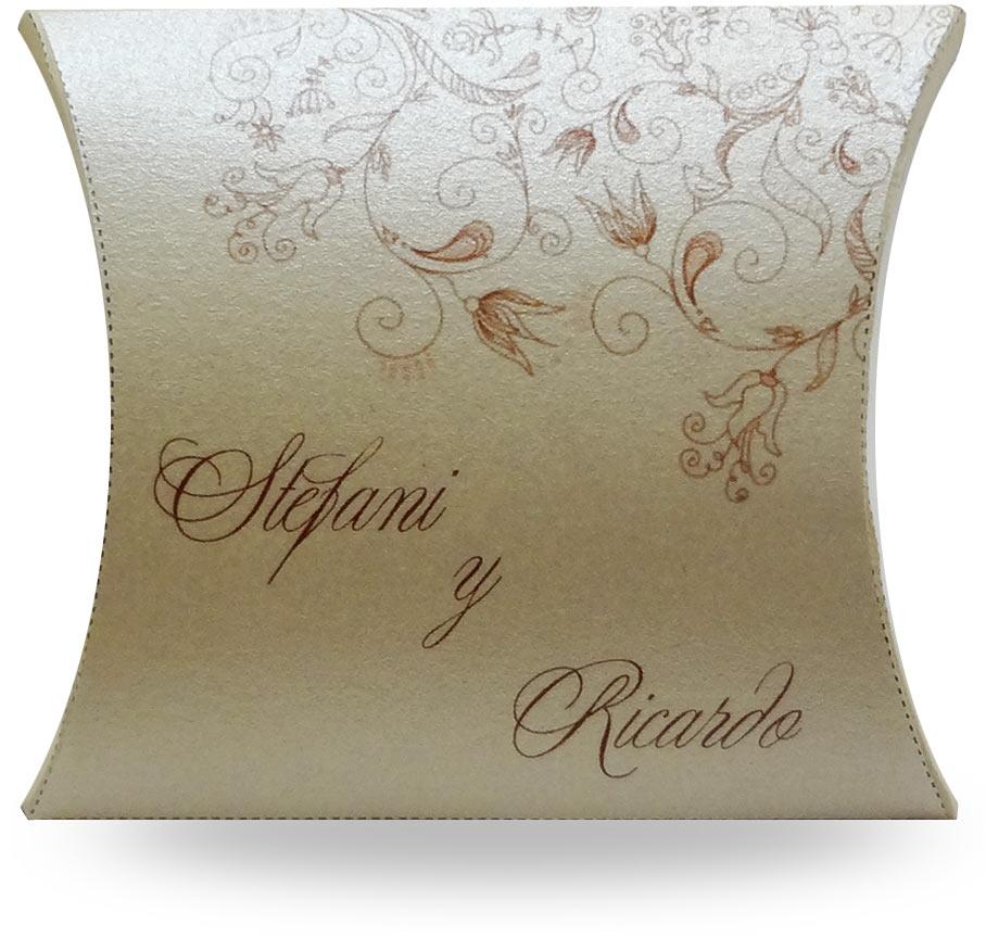 Cajita dorada con dulces para boda. Obsequia un dulce con tu invitación de boda!