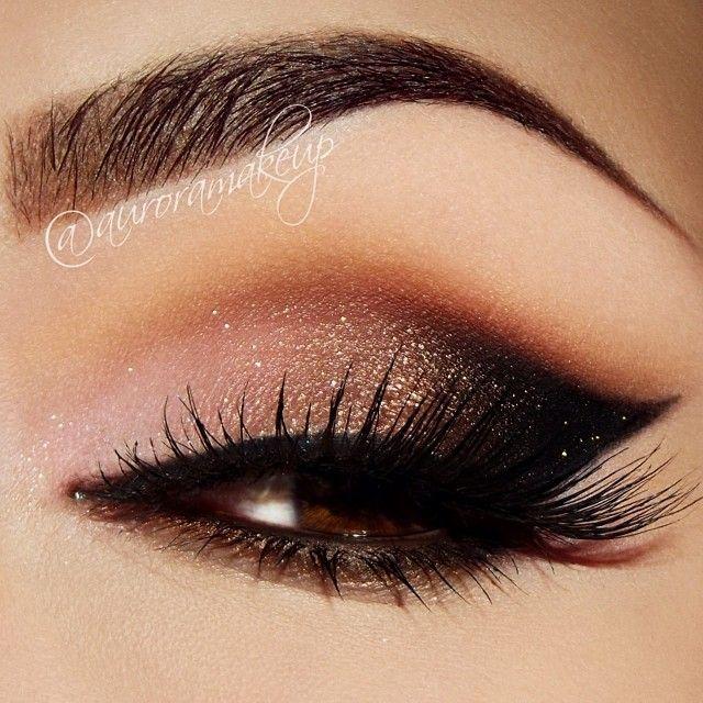 Maquillaje estilo glam. Ojos gato profundos en colores ahumados