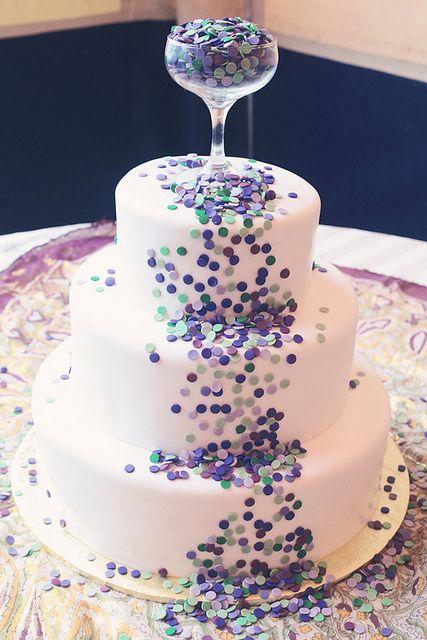 El confetti siempre ameniza cualquier fiesta y si hablamos de boda es hablar de fiesta, por lo que algo que no puede faltar en ellas es el confetti y en esta tarta, tampoco. Una copa superior es la que los deja caer poco a poco sobre ella.