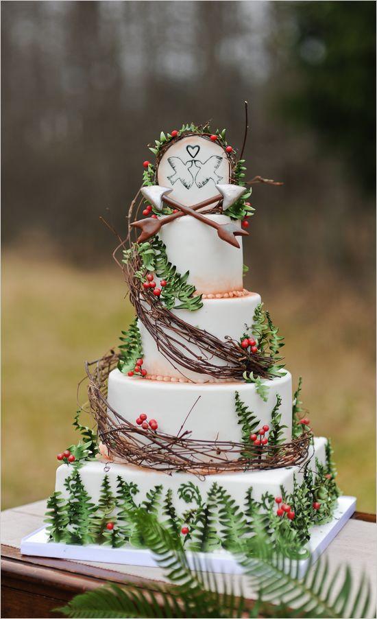 Las flechas de cupido se elevan hacia el cielo para simbolizar el amor en las dos palomas y como no, en todo el pastel para boda.