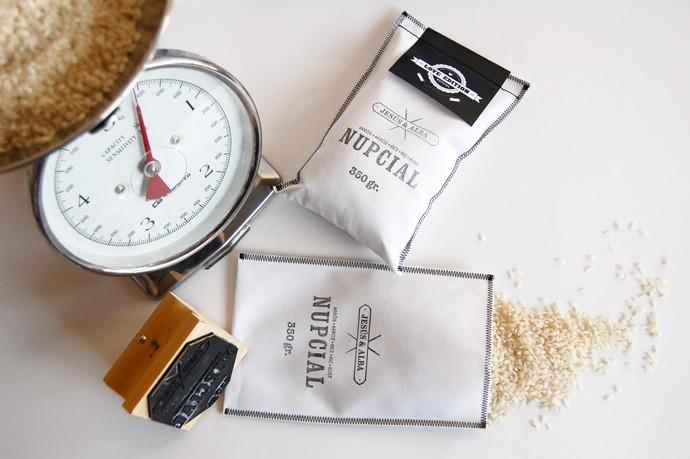 Sobres para invitaciones de boda con arroz de MuyMolon