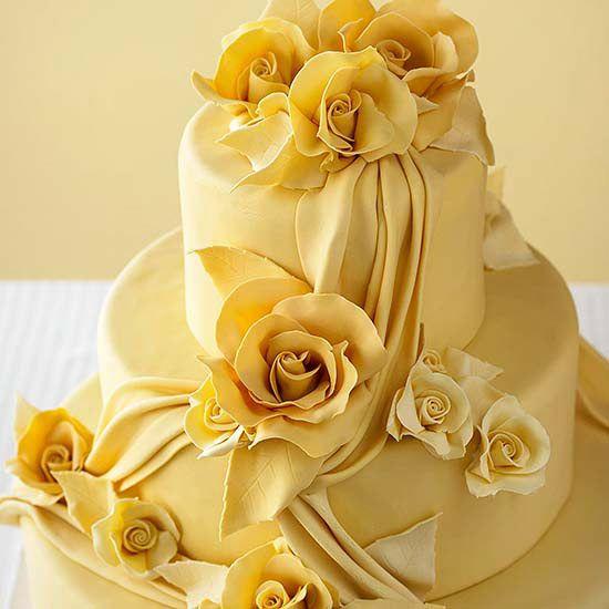 Siempre un gusto ver tartas de boda en llamativos colores y rosas comestibles en amarillo.