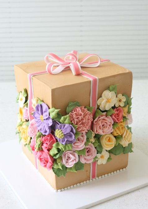 ¡Sorpresa!, una tarta cajita regalo con muchas flores   | tartas de boda con fondant