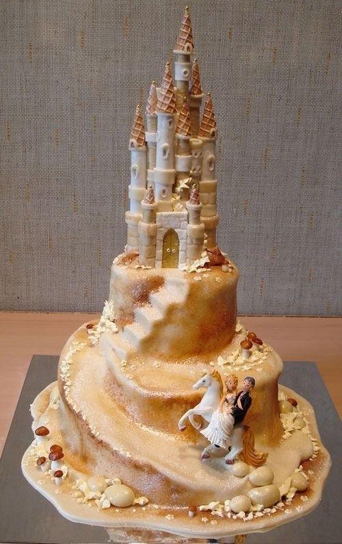 Los novios se van a su castillo en forma de tarta decorada