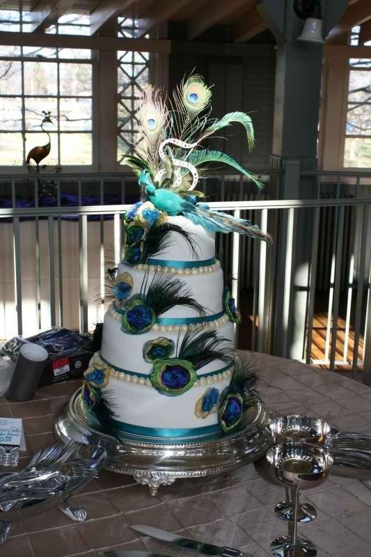 Plumas de pavo real para decorar la tarta de boda