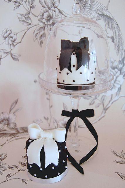 Mini tartas en blanco y negro con lazos de fondant by Sweet Tiers Cakes
