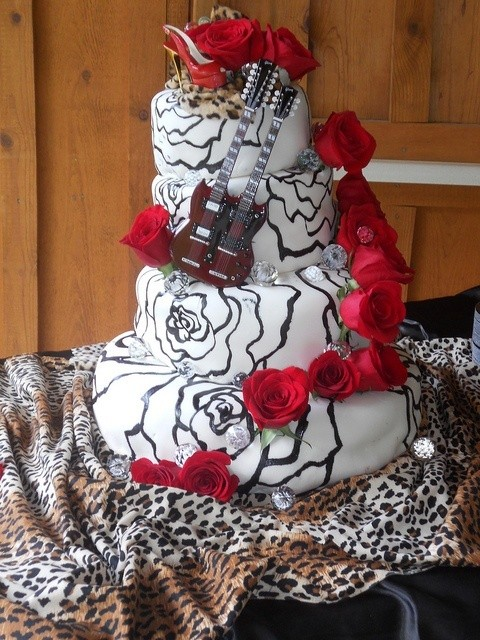 Tarta homenaje al Rockabilly con rosas y guitarras.