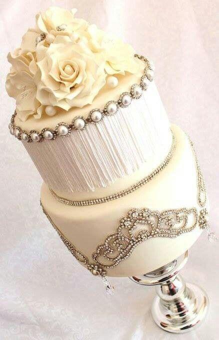 Tarta glam en color blanco y con detalles dulces de pedrería