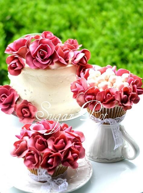 Flores de azúcar sobre una mini tarta | White Mini cakes with vibrant roses on top | I HeArT U by Sugar Pot