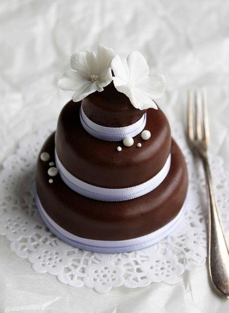 Mini tarta de chocolate y tres pisos by flickan & kakorna