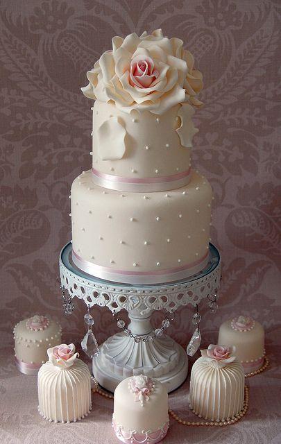 Una decoración muy romántica acompañan la tarta con estos mini pasteles de boda | Romance by Sweet Tiers Cakes