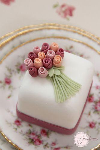 Mini tarta bouquet de rosas | Rose bouquet mini cake by Sweetness Cakes & Confectionery