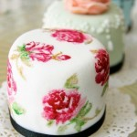 Flores dibujadas sobre mini tarta vintage