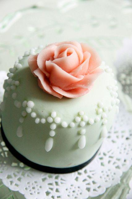 Mini cake con perlas azucaradas y rosa con inspiracion vintage! :¡Deliciosa! | Vintage Inspired Mini Cakes by Bake-a-boo Cakes NZ