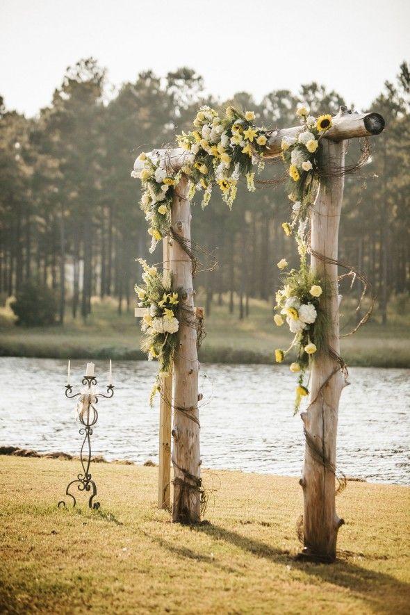 Arco decorado con flores para boda boho