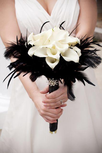 Bouquet de novia en el mas puro estilo glam rock. Blanco y negro con un lazo con brillo!