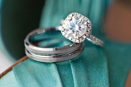 Anillos sencillos de oro blanco y diamantes