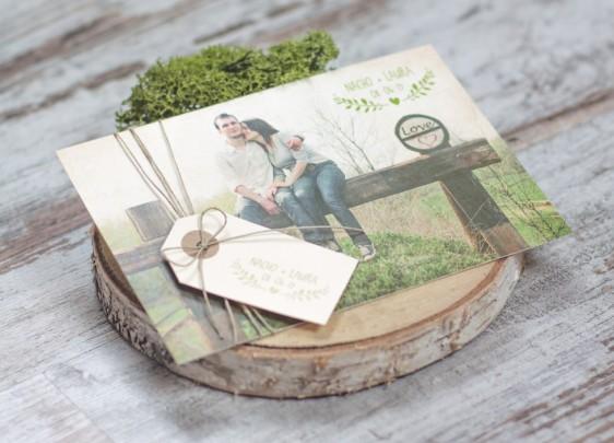 11 Diseños de invitaciones rústicas para boda increíbles!. Original invitación con madera y foto de los novios