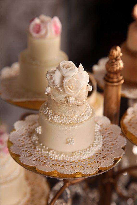 Dos pisos para una tarta de boda en miniatura