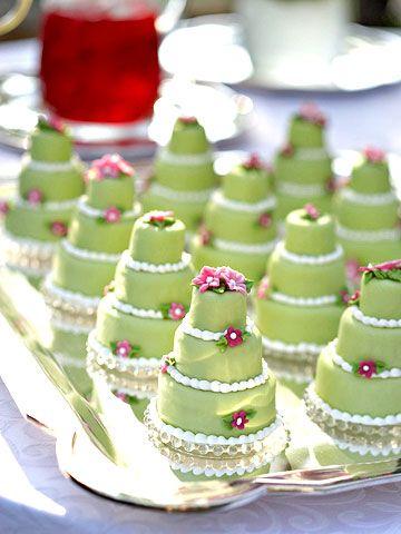 Algo muy sencillo para regalar como detalles de boda es hacer una réplica, mini, de la misma tarta de boda. Mini pastelitos en verde, réplica de la tarta de boda