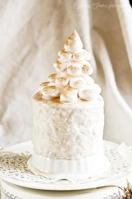mini tarta blanquisima con merengue y polvo de chocolate