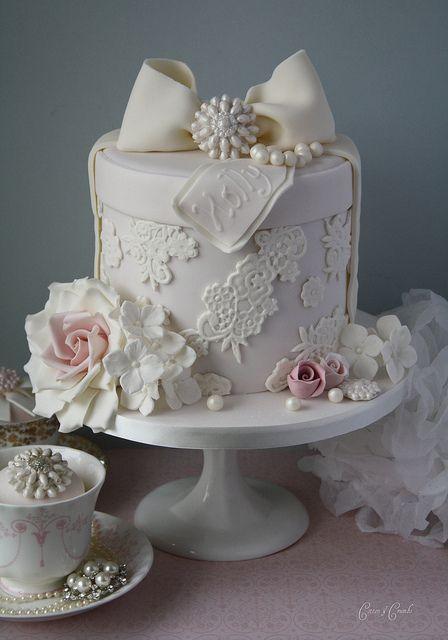Mini tartas como detalles para bodas con decoración de perlas, lazo y encaje...¡una resistible y romántica tentación!.