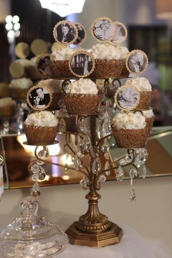 Pasteles en soporte elegante para las bodas de las estrellas