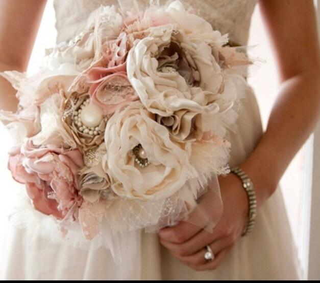 Ramo de novia de colores pastel con perlas y tul