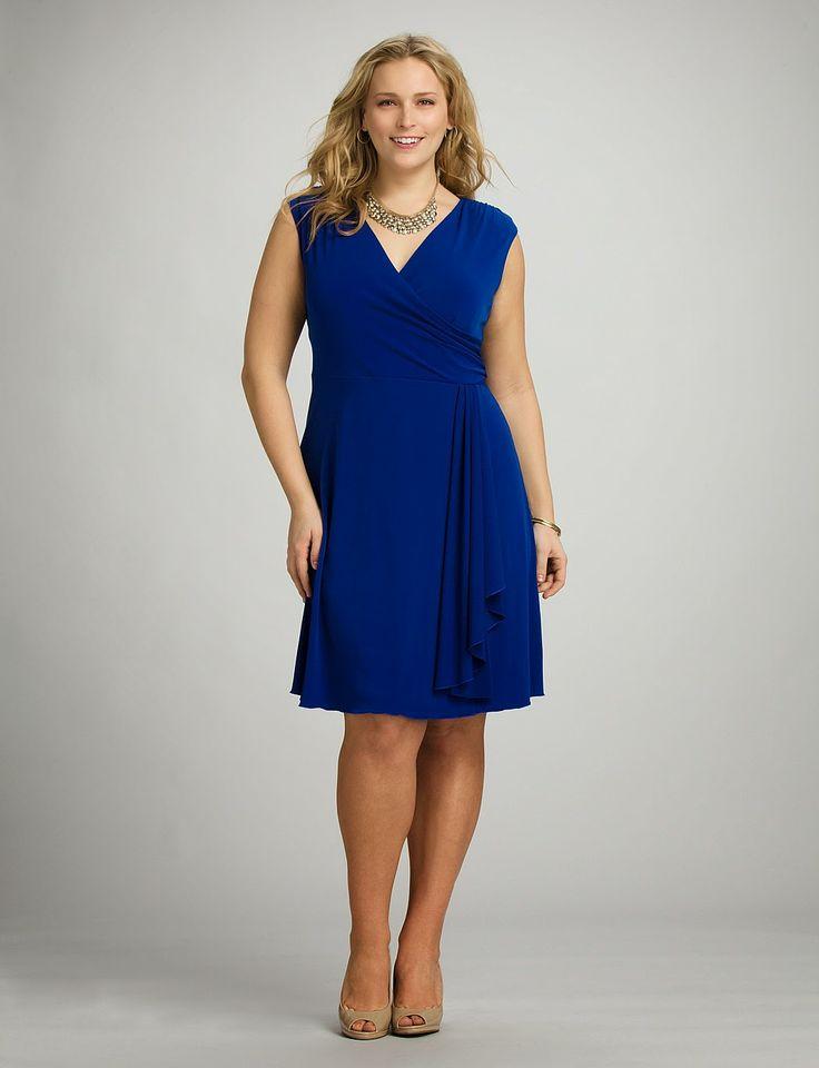 d0ce29ff487 Vestidos cortos para fiestas para rellenitas: un vestido corto azul Klein  con escote en V