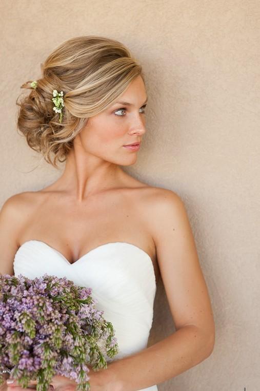 Recogido ladeado con estilo desenfadado y moderno | 20 fotos de peinados para novias actuales y elegantes
