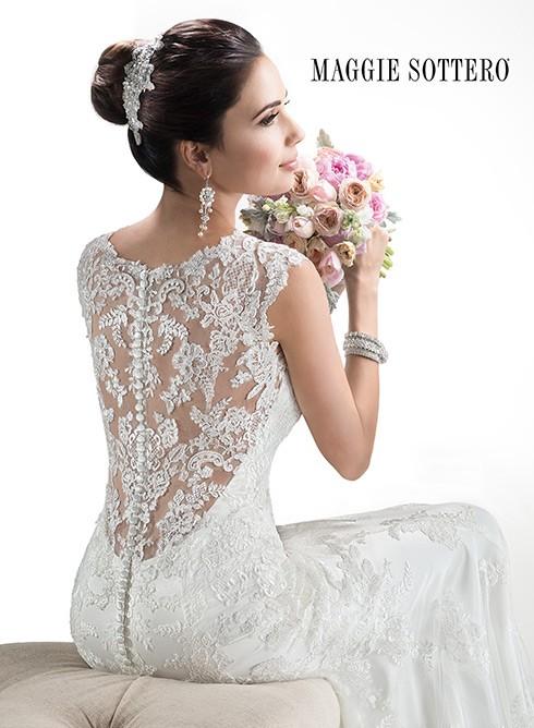 ¡Déjalos boquiabiertos con un vestido de novia que lleve escote en la espalda de Maggie Sottero! | Quieres conocer las tendencias en vestidos de novias 2015?