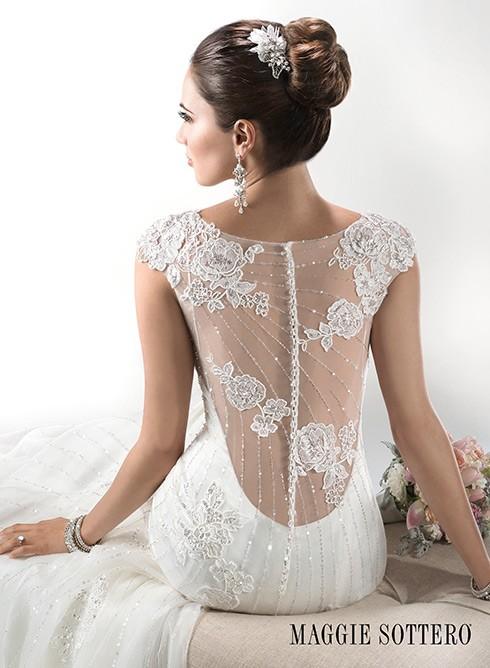 Bordados florales y tul para la espalda de la novia de Maggie Sottero #wedding #dress