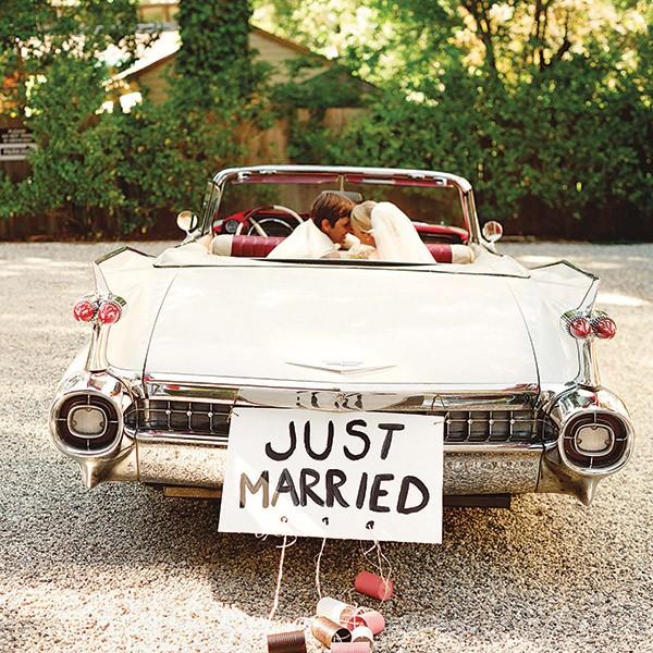 Coche blanco solo para los recién casados