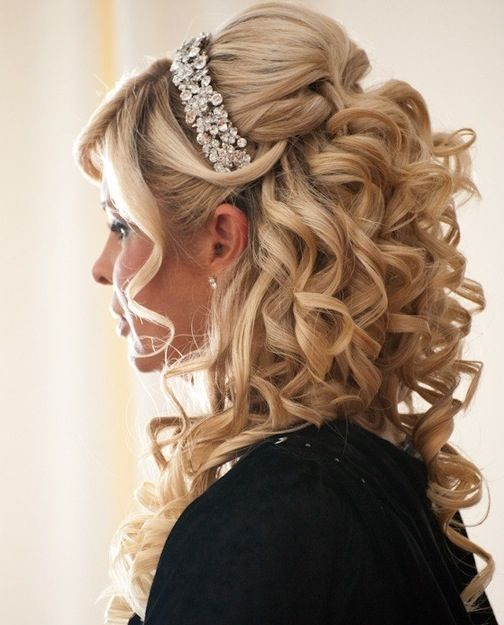 Semi-recogido romántico con rizos y tiara de pedrería | 20 fotos de peinados para novias actuales y elegantes