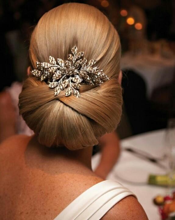 Elegante moño bajo con volumen | 20 fotos de peinados para novias actuales y elegantes