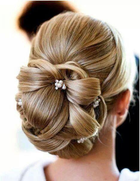 Moño bajo con pequeñas horquilla para una novia muy romántica | 20 fotos de peinados para novias actuales y elegantes
