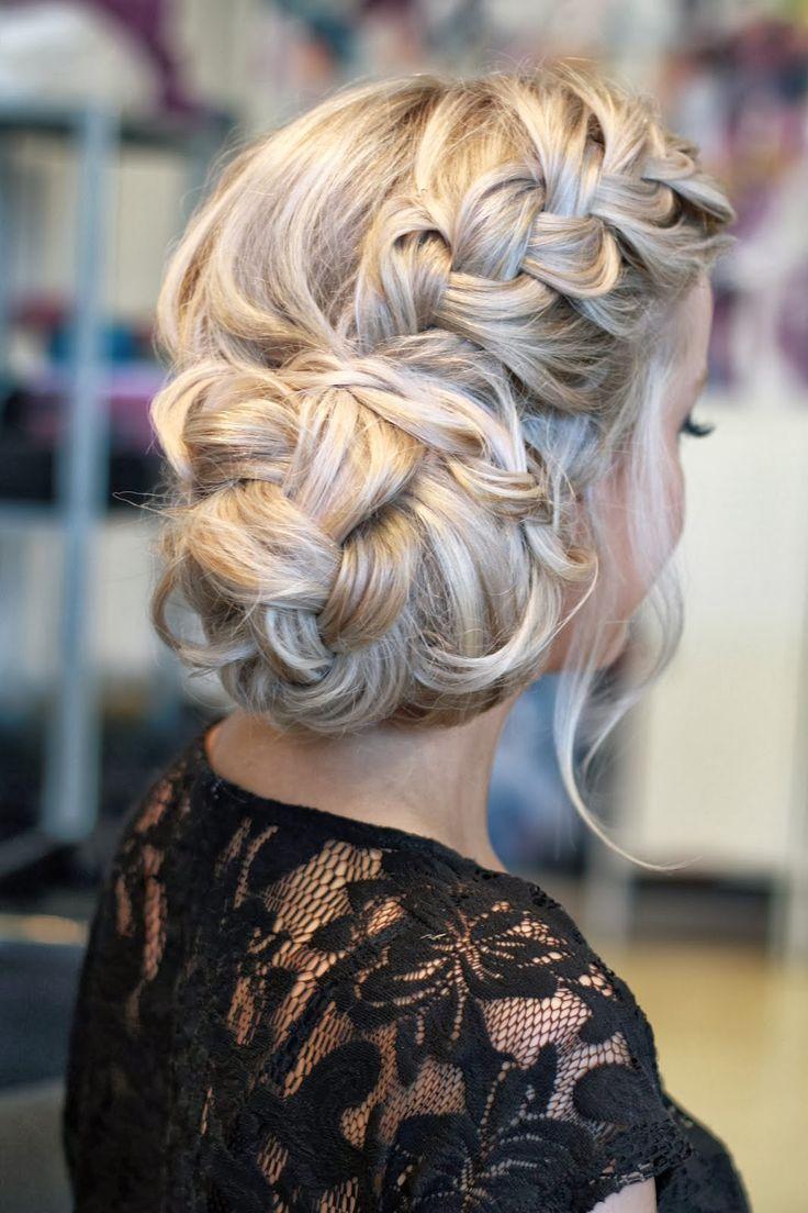 Peinado para novias con trenza de raíz y recogido bajo muy elegante | 20 fotos de peinados para novias actuales y elegantes