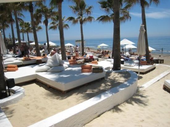 Un club de lujo en Marbella para una tarde de relax | Las 10 mejores playas de España para boda o luna de miel