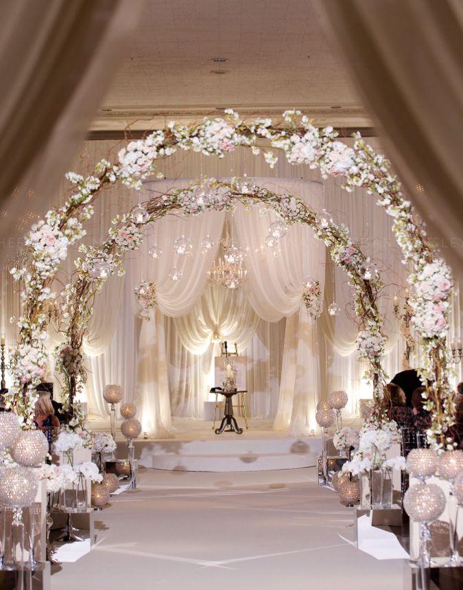 Arcos de flores para dar la bienvenida a los novios en un lugar muy romántico