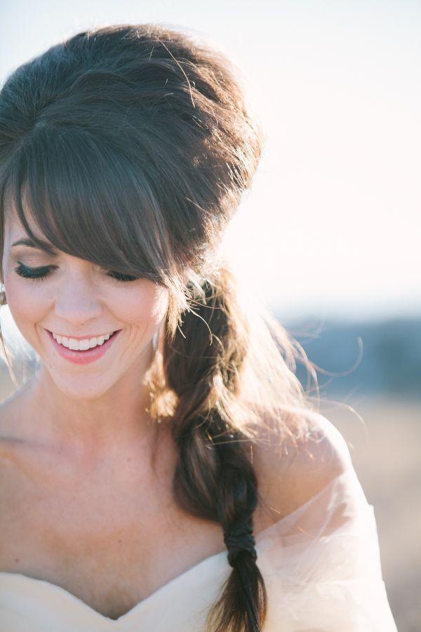 Fotos de peinados para novias: Peinado cardado con flequillo y una fina trenza