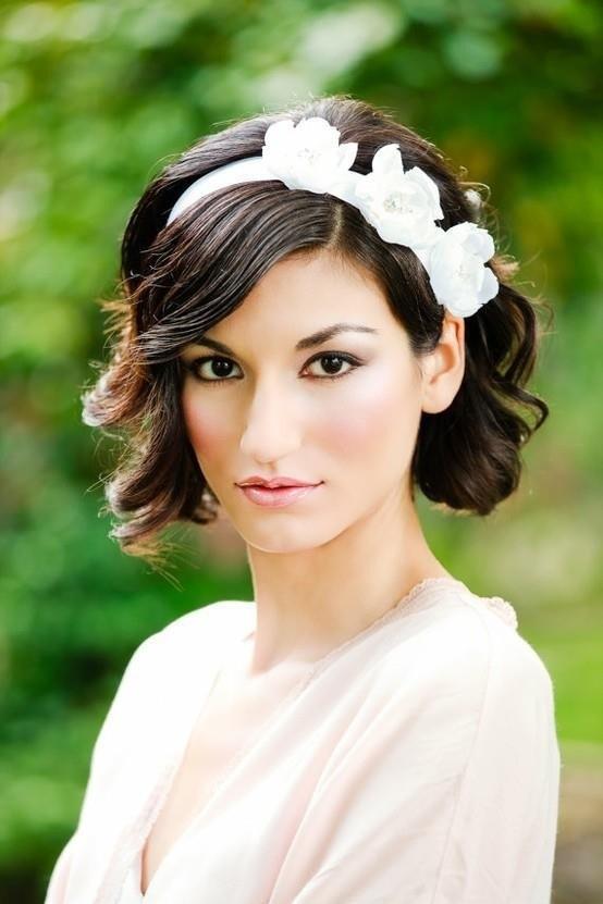 20 fotos de peinados para novias actuales y elegantes | Media melena ondulada con diadema en color blanco
