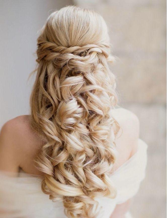 Los bucles son los protagonistas de este semi-recogido de novia | 20 fotos de peinados para novias actuales y elegantes