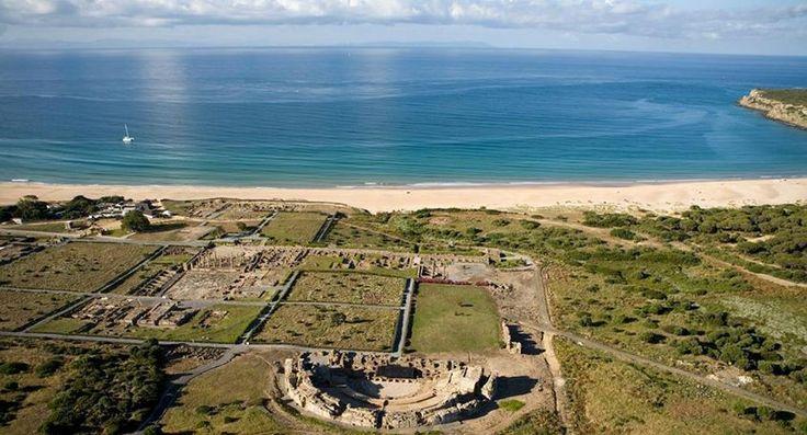 Playa Bolonia en Cádiz. Puedes darte un baño y visitar las ruinas romanas | Las 10 mejores playas de España para boda o luna de miel