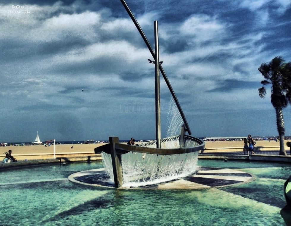 Barca hecha con agua en la playa Malvarrosa de Valencia | Las 10 mejores playas de España para boda o luna de miel