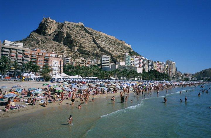 Playa Postiguet en el casco urbano de Alicante | Las 10 mejores playas de España para boda o luna de miel