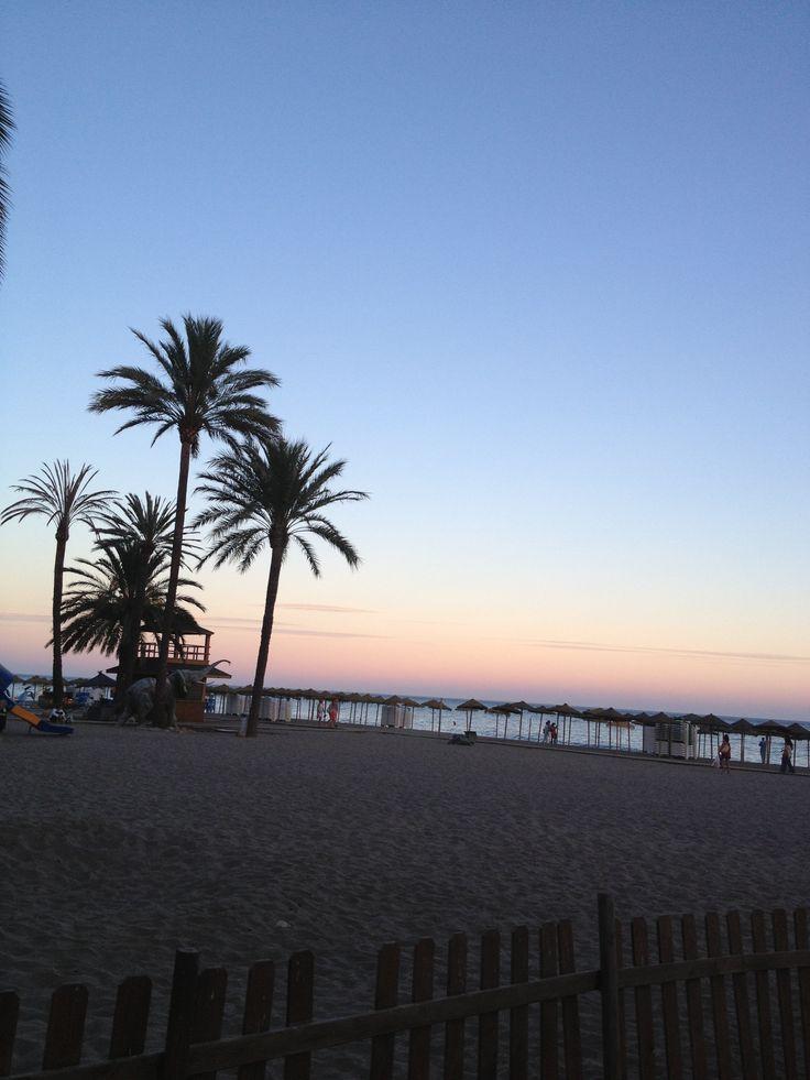 Atardecer en la playa de Marbella. Romántico, ¿no?. | Las 10 mejores playas de España para boda o luna de miel